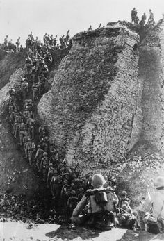 Imperial Japanese Army infantrymen traverse a portion of the Great Wall in southern China, 1938. 武士の島
