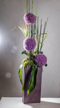 Fotka Lavender Centerpieces, Table Centerpieces, My Flower, Flower Art, Belle Plante, Modern Flower Arrangements, Vase, Allium, Ikebana