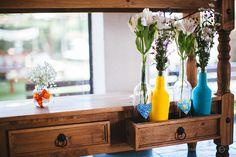 Garafas e móveis bonitos na decoração, essa idéia é otima!!! da pra usar em decoração de jantares e festas.