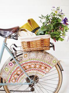 Virkattu polkupyörän pinnasuojus estää hameenhelmoja tarttumasta pinnojen väliin. Pue pyörä sievään huppuun kesän retkiä varten.