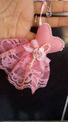 satin stitch flower with pisti Felt Crafts, Diy And Crafts, Arts And Crafts, Paper Crafts, Sewing Crafts, Sewing Projects, Felt Keychain, Dress Card, Felt Patterns