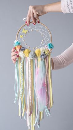 Easy Diy Crafts, Yarn Crafts, Crafts To Sell, Dream Catcher Art, Dream Catcher Mobile, Indian Arts And Crafts, Deco Kids, Pom Pom Rug, Yarn Wall Hanging