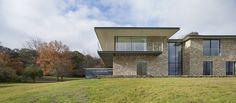 Esta casa privada se encuentra en un bosque caducifolio cerca de Henley en Thames, Oxfordshire. Completada en 2012, es una casa de 500 m2 para una pareja profesional.