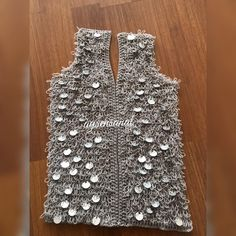 Crochet Coat, Crochet Clothes, Moda Emo, Fasion, Diy And Crafts, Vest, Knitting, How To Make, Dresses