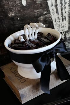 Black and White Halloween Decor . 24 New Black and White Halloween Decor . 70 Ideas for Elegant Black and White Halloween Decor Digsdigs Dulces Halloween, Bonbon Halloween, Halloween Candy Bowl, Casa Halloween, Adornos Halloween, Manualidades Halloween, Outdoor Halloween, Holidays Halloween, Halloween Treats