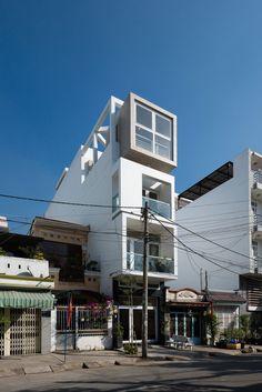 Fachada principal de la casa angosta cuatro pisos