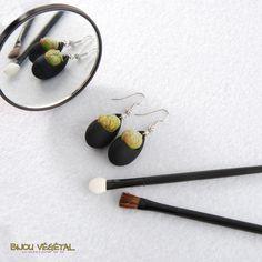 Boucles d'oreille goutte noir avec plantes - bijou créateur, bijoux fait main…