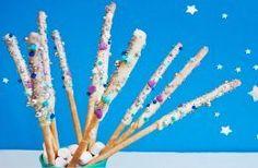 """Einhorn-Zauberstäbe für den Kindergeburtstag - total süß und schnell aus ein paar Grissini gemacht - unser Rezept der """"magic-unicorn-sticks"""" auf FAMILICIOUS.de"""