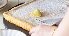 Seid ihr bereit für den saftigsten, fluffigsten und noch dazu einfachsten Zitronenkuchen aller Zeiten? Wir verraten unser Blitz-Rezept für Zitronenkuchen vom Blech... Blitz, Desserts, Clean Eating, Pie, Cakes, Food, Sheet Cakes, Food And Drinks, Tailgate Desserts