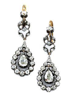 Länge: ca. 4,5 cm. Gewicht: ca. 8,4 g. Silber auf Gold. Hochdekorative, beweglich montierte Ohrhänger mit zwei zentralen Diamanttropfen, zus. ca. 1,6 ct, und...