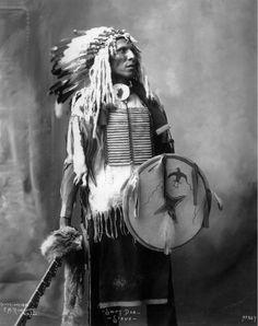 Swift Dog, Native American Sioux (Lakota) - Frank A Rinehart - 1899 Native American Pictures, Native American Beauty, Indian Pictures, Native American Tribes, American Indian Art, Native American History, American Indians, Inka, Oglala Sioux