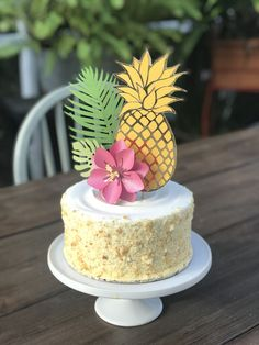 aloha party Your Tropical Themed Party isn't complete without this Golden Pineapple Cake Topper! Keep it simple with the pineapple only or go for the entire Luau and complete the set with Hawaiian Birthday Cakes, Hawaiian Theme, Hawaiian Party Cake, Hawaiian Parties, Aloha Party, Hawaiian Cakes, Beach Party, Pinapple Birthday Cake, Hawaiin Party Ideas