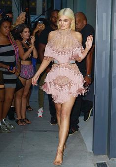 Kylie Jenner is tickled pink as she steps out in a daring Balmain dress Daily… Kylie Jenner Hair, Kim Kardashian Kylie Jenner, Estilo Kardashian, Kyle Jenner, Kendall And Kylie Jenner, Balmain Dress, Pink Dress, Celebrity Style, Celebrity Outfits