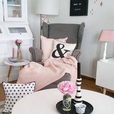 Gemütliches Lesen im Sessel haben wir uns wirklich am Wochenende verdient. Diese Lese-Ecke in grau, weiß, rosa sieht besonders gemütlich aus. Entdecke noch mehr Wohnideen auf COUCHstyle #living #wohnen #wohnideen #einrichten #interior #COUCHstyle #sessel #wohnzimmer #deko