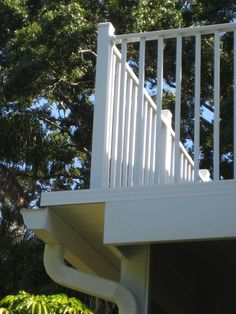 Here is a great example of the universality of Wahoo Decks products for the purpose of large scale projects and small scale projects. This home in Florida uses the DryJoistEZ system for an upper balcony and Wahoo Rail for the railing.