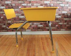 Joli pupitre d'écolier jaune -- Yellow painted school desk Vintage Paint Furniture, Furnitures, Decoration, Eames, Chair, Vintage, Home Decor, Standing Desks, Painted Furniture