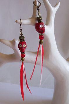 Boucles d'oreilles tête de mort et couronnes, plumes dormeuses rouges Cristal Swarovski de la boutique OthersJewels sur Etsy