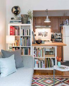 脚や天板を取り付ければ、キッチンの便利で素敵なカウンターに。料理本や細々としたものはボックスやかごにまとめてIN。