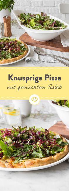 Salat ist heute der knackige Belag für deine Pizza. Als Basis schmelzen Mozzarella und Brie dahin, um dann von der frischen Mischung bedeckt zu werden.