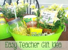 10 easy and fun gifts for Teacher Appreciation Week! 10 easy and fun gifts for Teacher Appreciation Week! Easy Teacher Gifts, Teacher Gift Baskets, Teacher Treats, Teacher Thank You Gifts, Year End Teacher Gifts, Summer Gift Baskets, Preschool Teacher Gifts, Teacher Summer, Teacher Presents