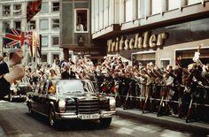 Am 24. Mai 1965 hat Stuttgart royalen Besuch: Queen Elizabeth II. gibt sich die Ehre und fährt gemeinsam mit Ministerpräsident Kurt Georg Kiesinger unter dem Jubel der Schwaben in Richtung Schillerplatz. Foto: Leserfotografin irene