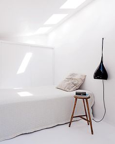 Une chambre blanche monacale - Marie Claire Maison #pourchezmoi