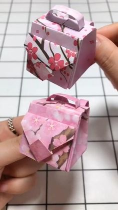 Handmade Paper Crafts, Origami Bags for Beginners Video Tuto.- Handmade paper crafts, origami bags for beginners Video Tutorial - Instruções Origami, Paper Crafts Origami, Easy Paper Crafts, Paper Crafting, Oragami, Origami Videos, Origami Butterfly, Origami Flowers, Diy Flowers
