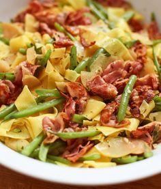 Birnen-Bohnen-Speck-Pasta: Bandnudel trifft auf grüne Bohnen, würzigen Speck, Birne und leckere Gewürze.