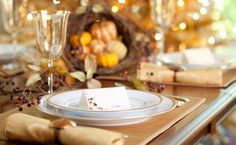 Easy Thanksgiving decorating tips to make your table more festive Thanksgiving Table Settings, Thanksgiving Centerpieces, Family Thanksgiving, Thanksgiving Recipes, Xmas Recipes, Thanksgiving Leftovers, Fall Family, Family Recipes, Thanksgiving Pregnancy Announcement