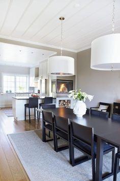 Kalkgrå Colorful Interior Design, Dining Room, Dining Table, Dining Lighting, Beautiful Kitchens, Kitchen Interior, Scandinavian Design, Sweet Home, New Homes