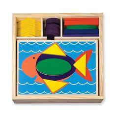 Les enfants s'amuseront des heures tout en apprenant! Blocs de formes et de couleurs différentes. Se range dans un coffret en bois durable. Favorise l'apprentissage de la reconnaissance des formes et des relations spatiales!