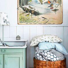 """Unelmien Talo ja Koti on Instagram: """"Veera löysi kirpputorilta suloisen pikkukaapin mökille ja maalasi sen vaaleanvihreäksi. Nyt se toimii kivasti lasten pelien ja elokuvien…"""" Koti, Instagram, Home Decor, Decoration Home, Room Decor, Home Interior Design, Home Decoration, Interior Design"""