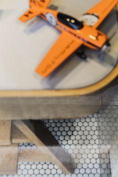 Escaparate de la joyería Bannatyne con suelo de mosaico redondo | Unicolor 101 Hisbalit  Proyecto: José Piris Mosaic Floors, Oakley Sunglasses, Flooring, Shop Displays, Mosaics, Projects, Hardwood Floor, Floor, Paving Stones