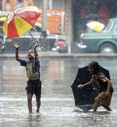 most amazing photos: happy kids in the rain