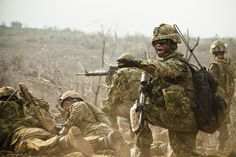 A Platoon Warrant Officer with Princess Patricia's Canadian Light Infantry directs machine gun fire during a platoon-size live-fire assault at RIMPAC Hawaii [3600 x 2400]