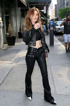 Bella Thorne, Punk Outfits, Fashion Outfits, Biker Chick Outfit, Look Legging, Rocker Look, Leder Outfits, Leather Jacket Outfits, Sexy Girl
