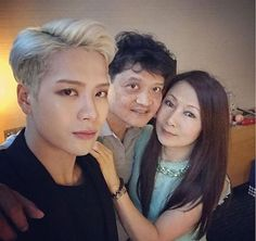 GOT7's Jackson had a heart-warming family reunion today! On October 31, the Hong Kong-born idol postedtwo photos taken with hismother and fatheron his Instagram, letting fans know that hefinally had the chance to meet up withhisparents.