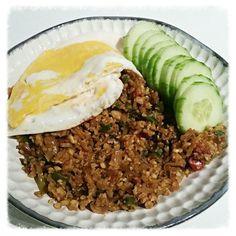 Gek op nasi, maar eet je minder koolhydraten, heb je last van obstipatie door rijst of wil je gewoon ongemerkt meer groente eten? Dan is dit de oplossing voor jou! Nasi gemaakt met bloemkool rijst in plaats van normale rijst. En je merkt het niet eens, want het heeft nét … Low Carb Recipes, Healthy Recipes, College Meals, Nasi Goreng, Dukan Diet, Food Facts, Cauliflower Recipes, Weight Watchers Meals, Lunches And Dinners