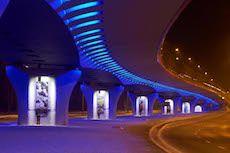 Voici le rond-point suspendu baptisé The Roundabout of the Victims of Katyn situé à Cracovie (Pologne). Cet ouvrage d'art nommé ainsi en hommage au massacre de Katyn perpétré durant la seconde guerre mondiale à été mise en lumière par le Concepteur lumière Polonais Mariusz Kozoduj. L'intégration de sources de Led dans les niches du viaduc ajoute de la profondeur.