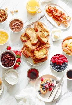 A French Toast Bar is the best way to entertain for brunch! A variety of toppings & homemade french toast, so you can mix/match to create the perfect plate. Breakfast And Brunch, Breakfast Cereal, Sunday Brunch, Brunch Mesa, Brunch Bar, Brunch Table, Brunch Recipes, Breakfast Recipes, Breakfast Ideas