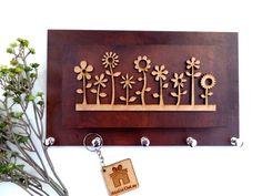 """""""Eu vejo flores em você""""!! O porta chaves Garden , é lindinho não é mesmo? Com ele você organiza até 5 chaveiros, suas correspondências e ainda deixa sua casa com uma decoração super alegrinha ! Feito com MDF. Medidas : 25x15cm. Despachamos as quartas e sextas-feiras!"""