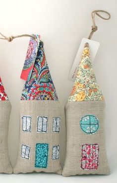 liberty fabric crafts Beautiful houses made from a linen mix fabric with Liberty fabric details Scrap Fabric Projects, Easy Sewing Projects, Sewing Crafts, Lavender Crafts, Lavender Bags, Craft Stalls, Fabric Cards, Fete Ideas, Crafts Beautiful