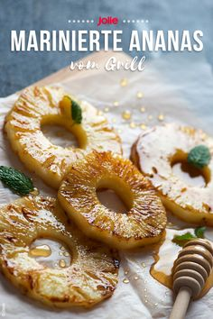 Grilled pineapple - You can combine marinated pineapples from the grill with ice cream or whipped cream. Barbacoa, Köstliche Desserts, Summer Desserts, Fruit Recipes, Meat Recipes, Portuguese Custard Tarts, Christmas Meat, Grill Dessert, Marshmallow Treats
