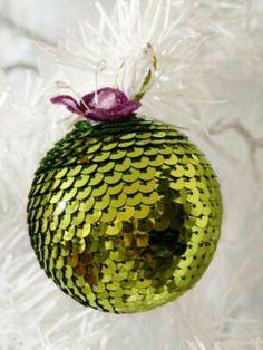 Bola de navidad realizada con cinta de lentejuelas y esfera o bola de poliespan o unicel.