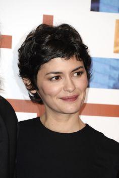 per un taglio alla Audrey Tautou se hai i capelli mossi, così corti ...