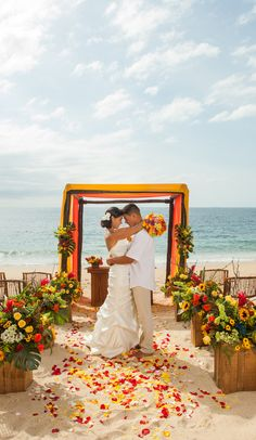 ¿Te imaginas casarte en un entorno que ha servido para diversas películas de Hollywood? Lo puedes hacer en el #BarcelóPuertoVallarta, un elegante complejo bañado por las cálidas y cristalinas aguas del Caribe, ideal para planificar una boda en la terraza con vistas al océano. ¡Más info haciendo clic en el pin! #WeddingTypes #BeachWeddings #BodasPlaya