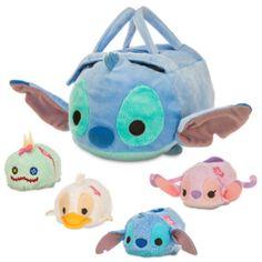 ¡Esta maletita Tsum Tsum de Stitch es alucinante! Tiene la forma del travieso extraterrestre y contiene cuatro mini Tsum Tsums de Lilo, Ángel, Scrump y Duck, una manera estupenda de ampliar tu colección.