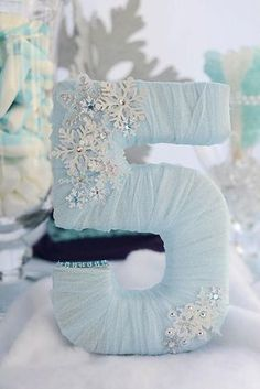 Frozen Birthday Party via Kara's Party Ideas Elsa Birthday Party, Frozen Themed Birthday Party, Disney Frozen Birthday, Birthday Party Tables, Winter Birthday, 4th Birthday Parties, 5th Birthday, Frozen Birthday Outfit, Birthday Ideas