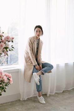 かっちりとしたコートには、あえてスニーカーを合わせるのが今年の気分♪ コート+スニーカースタイルは、肩の力を抜いた余裕のある大人のためのスタイル。 流行中のこのスタイルについて、素敵な着こなしを集めました。
