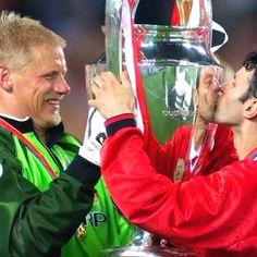 Final da champions em 1999. Final dramática entre United e Bayern! A um minuto do fim ingleses dão a volta ao marcador e levam os alemães ao desespero!